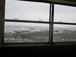 車窓からみえる岩礁