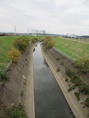 江戸川手前の橋の上から見た運河
