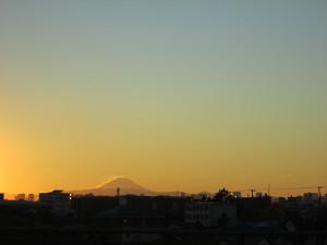 夕日を背に受けた富士山
