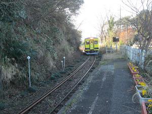 西畑駅にやってきた列車