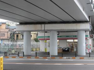 市川大野駅高架下のローソン