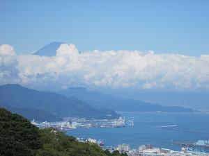 雲海に突き出す富士山
