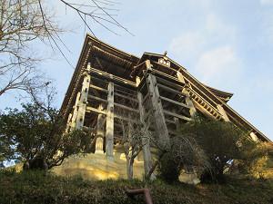 下から見上げる笠森寺観音堂
