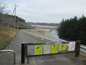 長柄ダム沿いの道