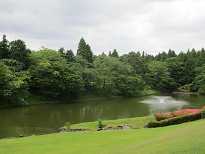 美術館前の池