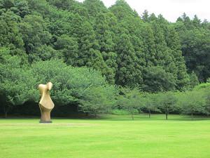 芝生と彫刻