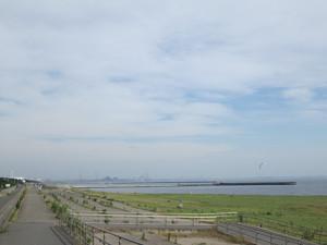 花見川河口の浜から工業地帯
