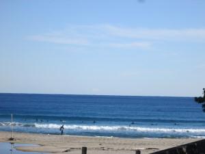 海岸にはサーファー