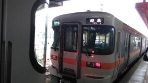 美濃太田駅では同じホームに2編成