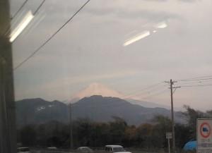 興津の先では右窓に富士山