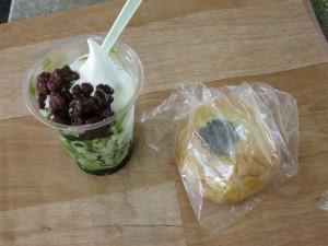 抹茶の氷パフェと酒粕あんパン
